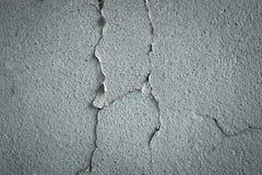 用灰色水泥纹理盖的破裂的混凝土墙作为设计的背景 库存图片
