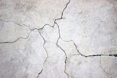 用灰色水泥纹理盖的破裂的混凝土墙作为backgr 免版税库存照片