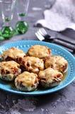 用炸鸡、葱和不幸充塞的蘑菇在烤箱烘烤了 免版税图库摄影