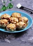 用炸鸡、葱和不幸充塞的蘑菇在烤箱烘烤了 免版税库存图片