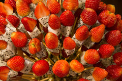 用热带水果displa做的草莓健康果子kebabs 免版税图库摄影