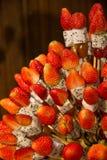 用热带水果displa做的草莓健康果子kebabs 库存照片