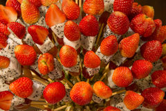 用热带水果displa做的草莓健康果子kebabs 免版税库存照片