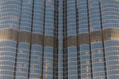 用照明设备从下面观看在晚上的一部分的Burj哈利法皮肤细节,迪拜 库存图片