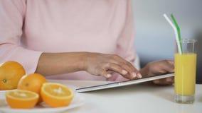 用片剂、桔子和汁液在桌,健康文章查寻上的混合的族种夫人 影视素材
