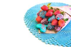 用牛奶,桃红色和浅兰的巧克力盖的草莓 库存图片