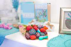 用牛奶,桃红色和浅兰的巧克力盖的草莓 免版税库存照片