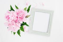 用牡丹装饰的淡色木制框架开花,文本的空间 嘲笑 免版税图库摄影