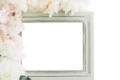 用牡丹装饰的淡色木制框架开花,文本的空间 嘲笑 免版税库存图片