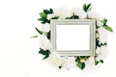 用牡丹装饰的淡色木制框架开花,文本的空间 嘲笑 库存图片