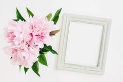 用牡丹装饰的淡色木制框架开花,文本的空间 嘲笑 免版税库存照片