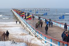 用独立行动签字的国旗立陶宛百年庆祝装饰的帕兰加码头 库存图片