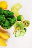 用猕猴桃、菠菜和香蕉做的绿色圆滑的人 免版税库存照片