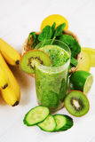 用猕猴桃、菠菜和香蕉做的绿色圆滑的人 免版税图库摄影