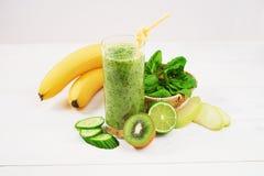 用猕猴桃、菠菜和香蕉做的绿色圆滑的人 免版税库存图片