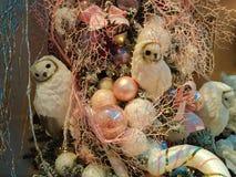 用猫头鹰玩具和桃红色球装饰的圣诞树 免版税图库摄影