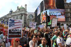 用王牌取胜抗议游行伦敦, 2018年7月13日:反唐纳德王牌招贴 库存照片