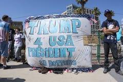 用王牌取胜有王牌4美国总统横幅的支持者 免版税库存图片