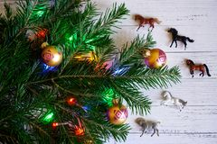 用玩具和光装饰,新年树的分支 库存图片