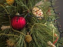 用玩具和诗歌选装饰的绿色圣诞树带领了光 欢乐云杉 库存图片