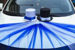 用玫瑰装饰的一辆黑婚礼汽车 用花和丝带装饰的豪华婚礼汽车 免版税库存照片