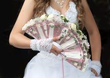 用玫瑰装饰的婚礼风扇花束 免版税库存图片