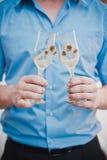 用玫瑰装饰的婚礼玻璃 图库摄影