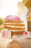 用玫瑰装饰的婚宴喜饼 免版税库存图片