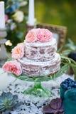 用玫瑰装饰的蛋糕 库存照片