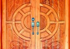 用现代样式金属门把手装饰的木门  图库摄影