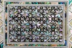 用珍珠层盖的传统阿拉伯箱子的纹理或样式 免版税库存照片