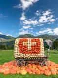 用瑞士旗子盖的无盖货车由南瓜制成 库存图片