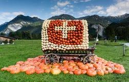 用瑞士旗子盖的无盖货车由南瓜制成 免版税库存照片