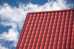 用瓦片盖的乡间别墅的屋顶 库存照片
