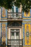 用瓦片装饰的房子的门面在葡萄牙 图库摄影