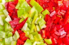 用甜椒胡椒涂的表面切开了成五颜六色的片断 图库摄影