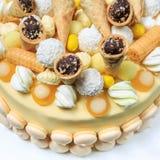 用甜点特写镜头装饰的开胃圆的手工制造蛋糕 库存照片