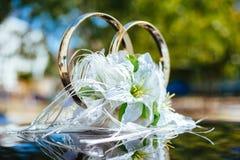用白玫瑰装饰的一辆黑婚礼汽车 库存照片