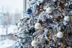 用白色中看不中用的物品装饰的圣诞树特写镜头 库存照片