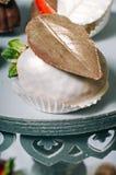 用白色巧克力和可食的金黄亮光盖的草莓 图库摄影