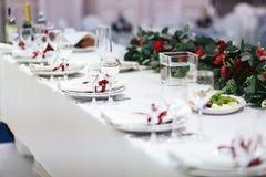 用白色布料盖的表为一顿欢乐晚餐服务 库存图片