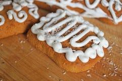 用白色结冰谎言装饰的圣诞节姜饼 库存照片