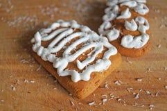 用白色结冰谎言装饰的圣诞节姜饼 免版税图库摄影