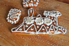 用白色结冰谎言装饰的圣诞节姜饼 免版税库存图片