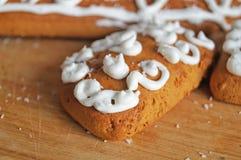 用白色结冰谎言装饰的圣诞节姜饼 图库摄影