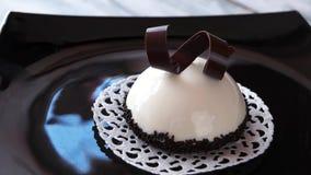 用白色釉盖的法国奶油甜点蛋糕 股票视频
