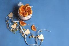 用白色鞋带装饰的橘子果酱瓶子 下条辫子和木心脏 免版税库存图片