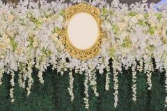 用白花和绿色叶子与空白的商标的背景装饰的 库存照片