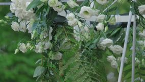 用白花装饰的美丽的婚礼灯 股票录像
