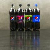 用百事可乐的不同的类型的瓶在黑暗的背景的 免版税库存照片